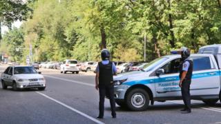 Сотрудники полиции во время спецоперации в центре Алма-АТы