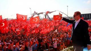 支持者らの歓声にこたえるエルドアン大統領(7日、イスタンブール)