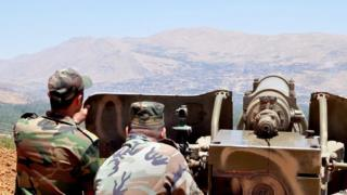 Syrian army soldiers aim artillery at rebel-held areas of the Qalamoun mountains during an operation to take control of Zabadani (9 July 2015)