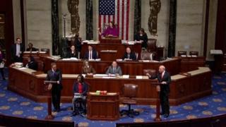 弾劾決議の採決前に激しく議論する米下院の与野党議員(18日、ワシントン)