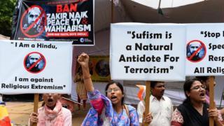 Vahabiliği yayan Zakir Naik'in televizyon vaazlarına karşı Hindistan'da eylemler düzenlenmişti