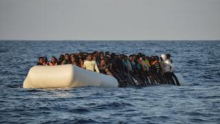 Des migrants à bord d'un bateau en caoutchouc dans mer Méditerranée, le 3 novembre 2016.