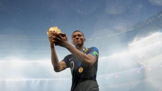 음바페는 이번 월드컵에서 국제축구연맹이 선정한 '영플레이어' 상을 수상했다