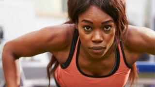 Especialistas recomendam flexão, prancha e agachamento para quem não tem tempo de ir à academia.