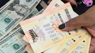 미국 '메가밀리언' 복권은 당첨자가 한동안 나오지 않으면서 누적 당첨금이 1조 원을 돌파했다