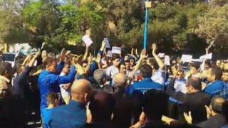 فیلم تجمع بعد از بازداشت کارگران را یکی از کاربران بیبیسی فارسی برای ما فرستاده است