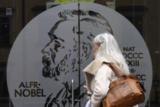 سيدة تدخل متحف نوبل بالسويد