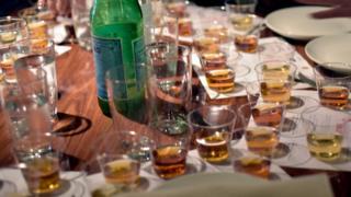"""Le bar """"Devil's Place"""" propose du whiskies à ses clients et dont les prix vont de six à 8.500 euros pour une dose de deux centilitres."""