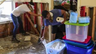 Некоторым жителям Техаса было разрешено вернуться домой, где они взялись за устранения последствий урагана