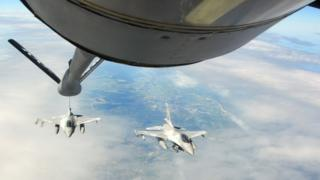 Американский танкер заправляет польский истребитель в воздухе на учениях в 2016 году