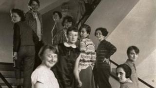 1927年德国德绍,参加编织工作坊的女性站在包豪斯大楼的楼梯上。