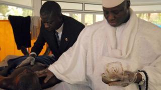 """Imagem mostra Yahya Jammeh aplicando ervas em paciente submetido a tratamento anti-HIV apontado como """"milagroso"""""""