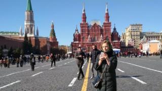 Warga berakhir pekan ke Lapangan Merah, Moskow, di hari pemilihan presiden, Minggu (18/03).