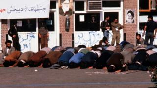ABD karşıtı İranlılar Büyükelçiliğin önünde namaz kılıyorlar