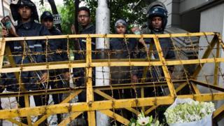 Полиция на месте нападения на кафе в Дакке