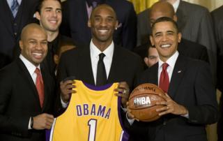 Former US President Barack Obama poses with Kobe Bryant and Derek Fisher