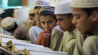 Pakistan'da bir medresede eğitim gören çocuklar