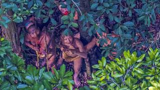 Índios em recorte mais aproximado da imagem