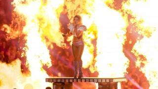 米スーパーボウルのハーフタイム・ショーで熱唱するレディー・ガガ(5日、テキサス州ヒューストンのNRGスタジアム)