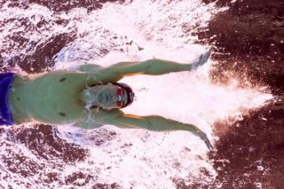 Michael Phelps duramte a semifinal dos 100m de borboleta