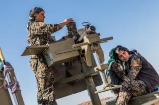 مقاتلات من وحداية حماية الشعب الكردية