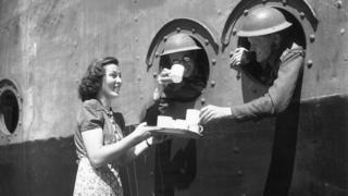 Канадці п'ють чай перед відправкою до Європи на самому початку війни, 1940 рік
