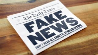 Periódico que dice Fake News (Noticias falsas)