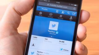 La app de Twitter en un celular.