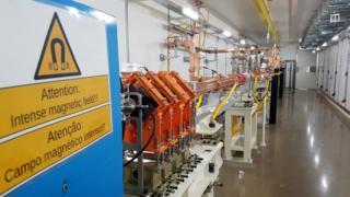 Sala onde os elétrons são gerados e acelerados pela primeira vez