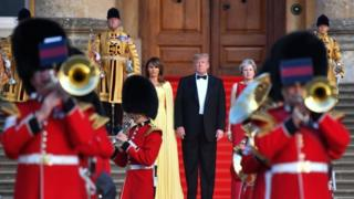 آقای ترامپ و همسرش ملانیا در اولین ضیافت رسمی به قصر بلینهام در آکسفوردشایر دعوت شدهاند تا شام را با ترزا می، نخستوزیر بریتانیا صرف کنند
