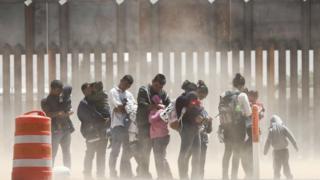 Dòng người vượt biên giới Mexico sang Mỹ
