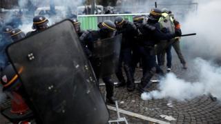 """معترضان برنامه امروزشان را """"فاز دوم"""" اعتراضاتشان اعلام کردند."""