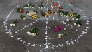 در هامبورگ مقابل فروشگاهی که یک نفر در آن کشته شد، گل گذاشتهاند