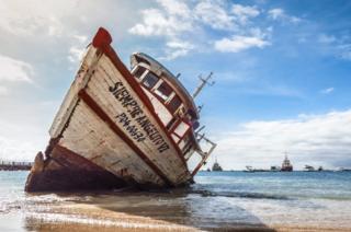 San Cristobal Adası sahilinde karaya vurmuş olan bir gemi