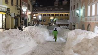 Баварский город Берхтесгаден также завален снегом