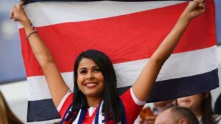 Mujer de Costa Rica con la bandera nacional.