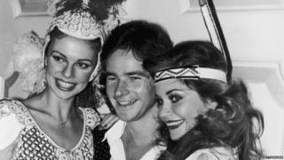 Barry Sheene with Madeleine Stringer (left) and Cindy Miller (right) in 1977