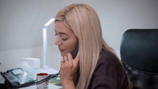 Laura Lyons fala ao telefone com uma vítima de catfish