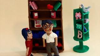 Animación de dos estudiantes delante de un librero