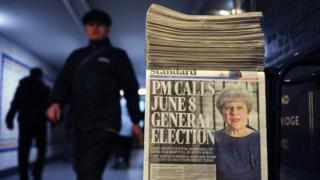 David Cameron'dan görevi devralan Theresa May'in daha önce erken seçime gitmeyeceğini belirtmesine erken seçim kararı alması İngiltere siyasetinde beklenmedik bulundu.