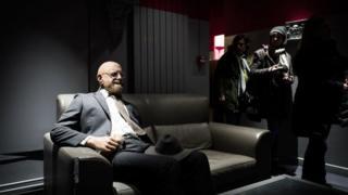"""Інсталяцію """"Дау"""" в паризькому театрі """"Шатле"""" прикрасили такі ж манекени, як і в лондонському будинку на Пікаділлі"""