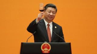 Xi brindando