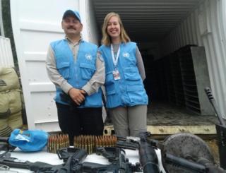 El capitán Jorge Luis Vélez y Guillermina Gutnisky delante de uno de los contenedores donde ahora se encuentran las armas de las FARC.