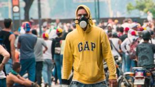 Joven con máscara en la calle