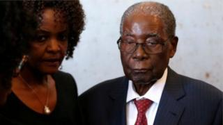 Robert et Grace Mugabe, son épouse, lors des élections de juillet 2018 au Zimbabwe.