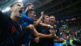Хорват футболчулары жеңишин майрамдап жатат.