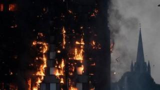 लंदन की इमारत में लगी आग