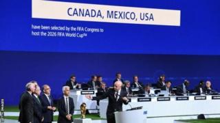 สมาชิกฟีฟ่าลงคะแนนเลือกเจ้าภาพจัดการแข่งขันฟุตบอลโลกปี 2026 ที่การประชุมใหญ่ในกรุงมอสโก ประเทศรัสเซีย
