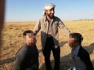 Ebu Hatem Şakra, esir alınmış iki kişiyle