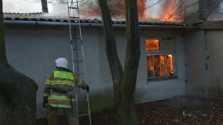 Пожежник під час ліквідації пожежі у Львові, 15 січня 2018 р.